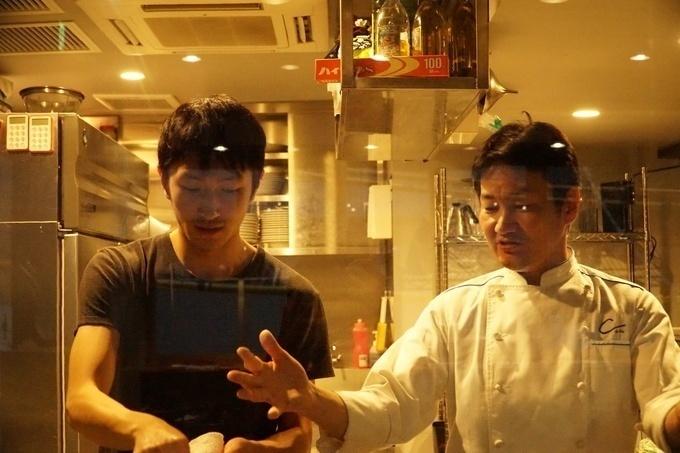 29ONでスタッフに指導する戸田